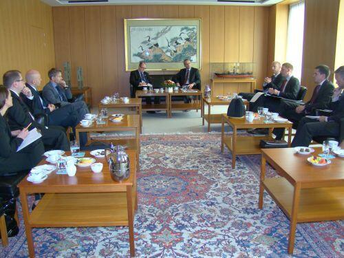 Prezydent Paweł Adamowicz w trakcie rozmów w siedzibie Maersk Line