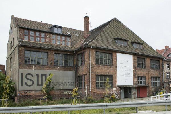 Niektóre budynki od dawna pełnią nowe funkcje, jak ten powyżej, zaadaptowany na potrzeby artystów skupionych w Instytucie Sztuki Wyspa.
