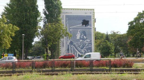 Zamówiony przez kibiców Lechii mural znajduje się na Przymorzu, na bloku przy ul. Chłopskiej 24