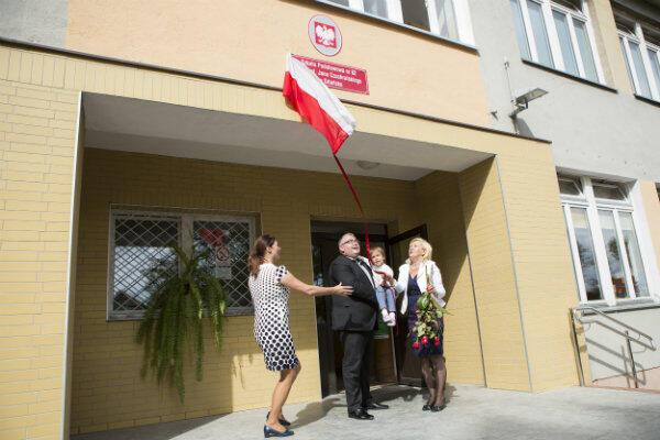 Wnuczka Jana Czochralskiego Anna Zielińska (po prawej) odsłania nową tablicę szkoły razem z wiceprezydentem Gdańska Piotrem Kowalczukiem i dyrektor szkoły Agatą Markiewicz-Babło.
