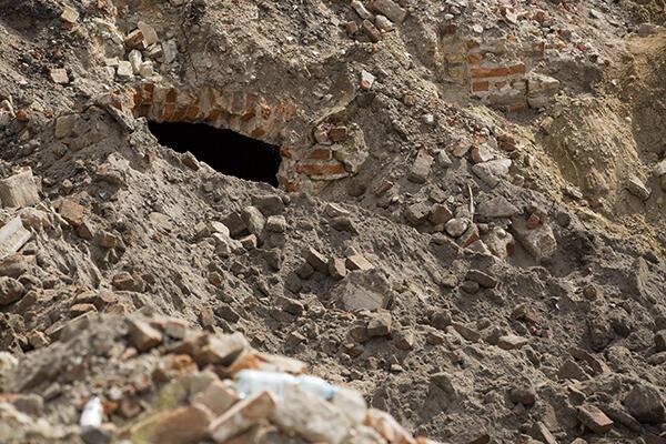 Te cegły to pozostałości po siedzibie masońskiej loży Eugenia.