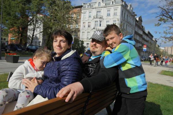 Pan Maciej z rodziną. Przy ul. Radnej mieszka od 10 lat.