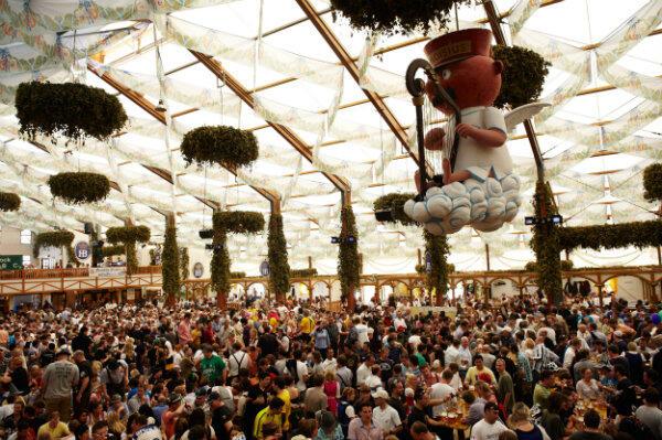 Oktoberfest też odbywa się w wielkich namiotach, ale potrwa znacznie dłużej niż gdańskie święto.