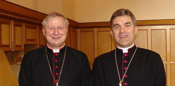 Dwaj gdańscy biskupi pomocniczy: Wiesław Szlachetka i Zbigniew Zieliński (po prawej)