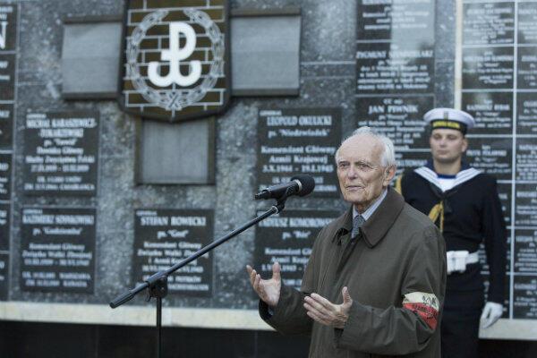 Przemawia Jerzy Grzywacz, prezes Okręgu Pomorskiego Światowego Związku Żołnierzy Armii Krajowej.