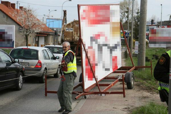 Przestrzeń publiczna nie jest miejscem, w którym każdy może wszystko. Na zdjęciu wspólna akcja Urzędu Miejskiego w Gdańsku i straży miejskiej – usuwanie nielegalnych reklam z ul. Jabłoniowej.