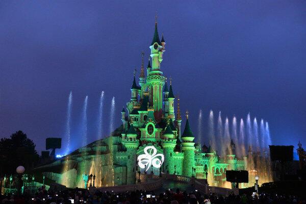 Dzień św. Patryka świętowały: Zamek Śpiącej Królewny w paryskim Disneylandzie...