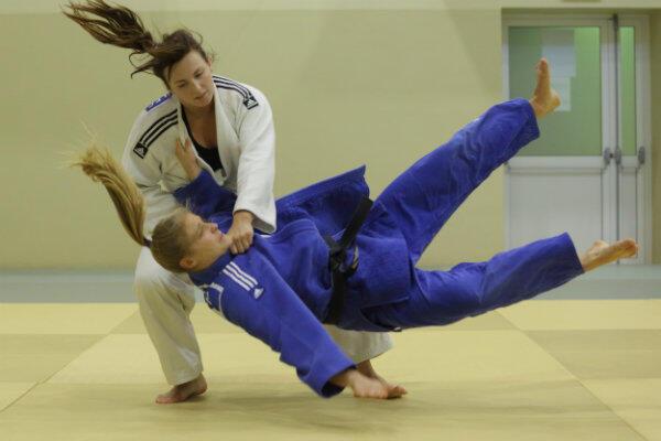 Z wielu walk judoczki wychodzą mocno obolałe.