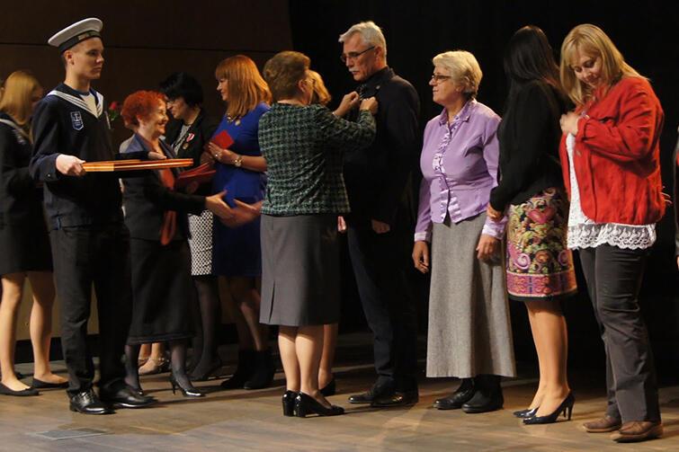 Na zdjęciu: dyr. Mirosław Sreberski wśród 34 innych uhonorowanych medalem KEN. Uroczystość odbyła się w poniedziałek, w ECS. 18 osób dostało nagrody pomorskiego kuratora oświaty. Aż 81 pracowników oświaty otrzymało nagrody prezydenta miasta Gdańska.