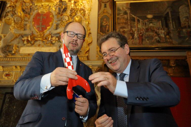 Rakieta-zabawka powinna stanąć na prezydenckim biurku. Tylko wtedy przyniesie Gdańskowi pomyślność. Po lewej Paweł Adamowicz, po prawej Rudi Vervoort.