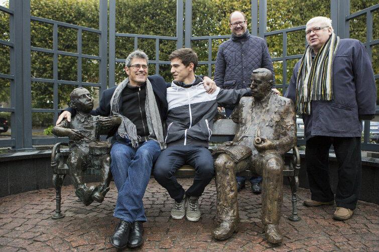 """Siedzą od lewej: Oskar Matzerath (bohater """"Blaszanego bębenka""""), Franz i Elia Grassowie (syn i wnuk noblisty) oraz Günter Grass. Za nim stoją prezydent Gdańska Paweł Adamowicz i rzeźbiarz Sławoj Ostrowski, autor obu pomników."""