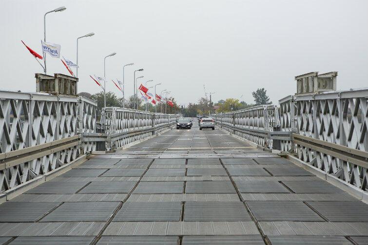 Most pontonowy w Sobieszewie. Dojazd jest wolny i niewygodny, po wyboistej nawierzchni. Do tego ruch jest regularnie wstrzymywany, by mogły przepłynąć jachty i łodzie.