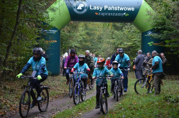 Na nowej leśnej trasie radzą sobie rowerzyści w każdym wieku.