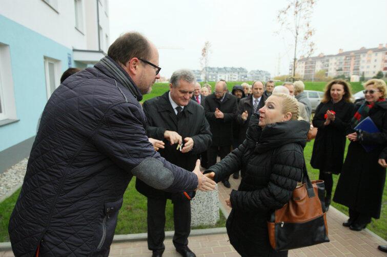 Klucze do nowych mieszkań wręczał gdańszczanom osobiście prezydent miasta Paweł Adamowicz. Towarzyszył mu przewodniczący Rady Miasta Bogdan Oleszek.