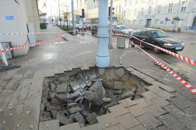Awaria wodociągu tuż obok gmachu Urzędu Miejskiego w Gdańsku.