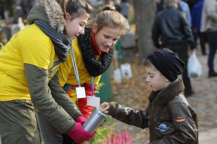Na rzecz hospicjum z dużym zaangażowaniem kwestują dzieci i młodzież z gdańskich szkół.
