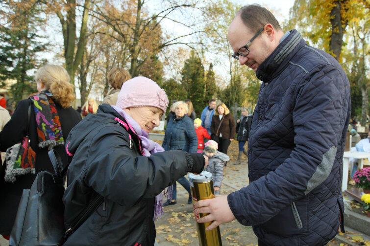 Jednym z kwestujących od lat jest prezydent Gdańska Paweł Adamowicz, który wysoko ceni pracę jaką hospicjum wykonuje na rzecz społeczności miasta.
