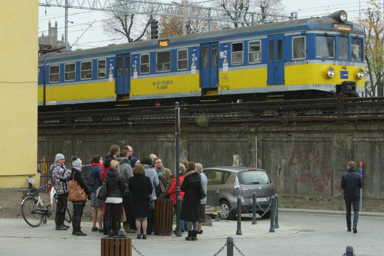 Prezydent Gdańska Paweł Adamowicz w oblężeniu na ulicy Białej. Dziennikarze dopytują o plany wobec tego części miasta.