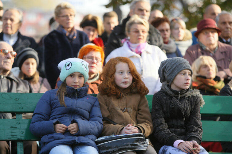 Jak rozmawiać z dziećmi o śmierci? Ten problem nabiera ostrzejszych rysów w okresie Wszystkich Świętych. Na zdjęciu uczestnicy modlitwy międzywyznaniowej na Cmentarzu Nieistniejących Cmentarzy w Gdańsku 1 listopada 2015 r.