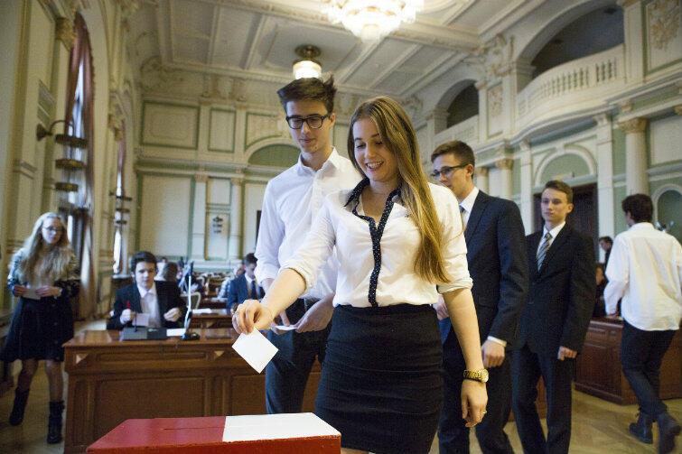 Młodzi radni w trakcie głosowania na przewodniczącego.