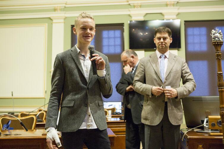 Przewodniczącym Młodzieżowej Rady Miasta Gdańska III kadencji został Kacper Rutkowski. Tutaj - po odebraniu gratulacji od Wojciecha Błaszkowskiego, wiceprzewodniczącego RMG. W głębi - radny Piotr Gierszewski.