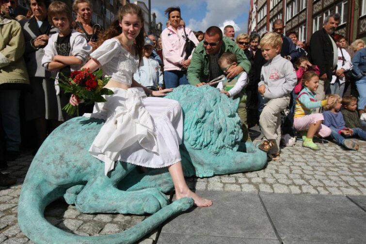 Jeden z lwów Fontanny Czterech Kwartałów, oddany z anatomiczną dokładnością. Wrzesień 2009 r.
