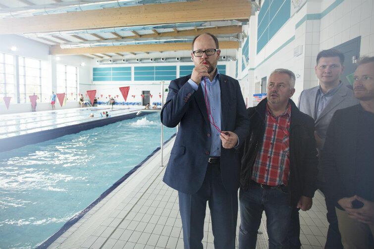 Z basenu przy Azaliowej już w wakacje korzystały tysiące mieszkańców Gdańska. 12 września br. przy okazji szkolnego festynu zaszedł tam także prezydent Adamowicz, ale się nie kąpał - czym rozczarowana była obsługa obiektu.
