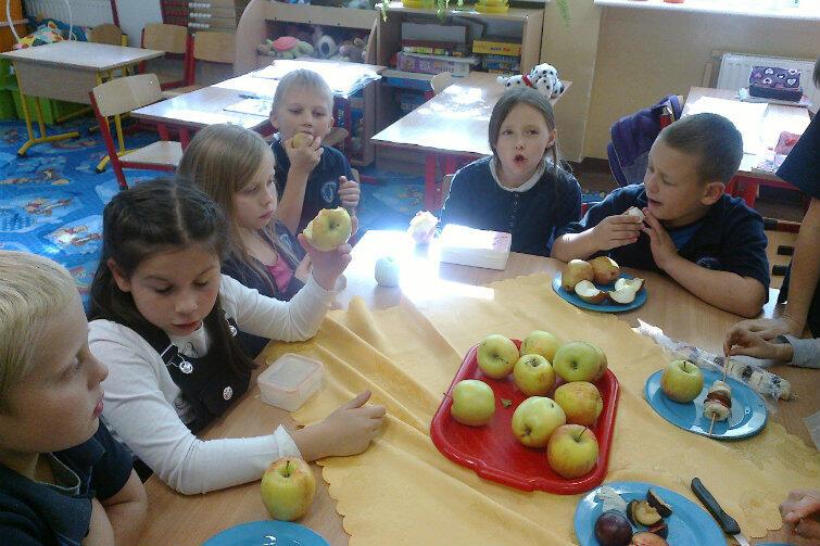Najmłodsi chętnie uczą się przygotowywania potraw.