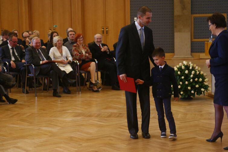 Na spotkanie z premier Ewą Kopacz z naukowcem przyjechał jego syn Maciek. Też przyszły naukowiec?