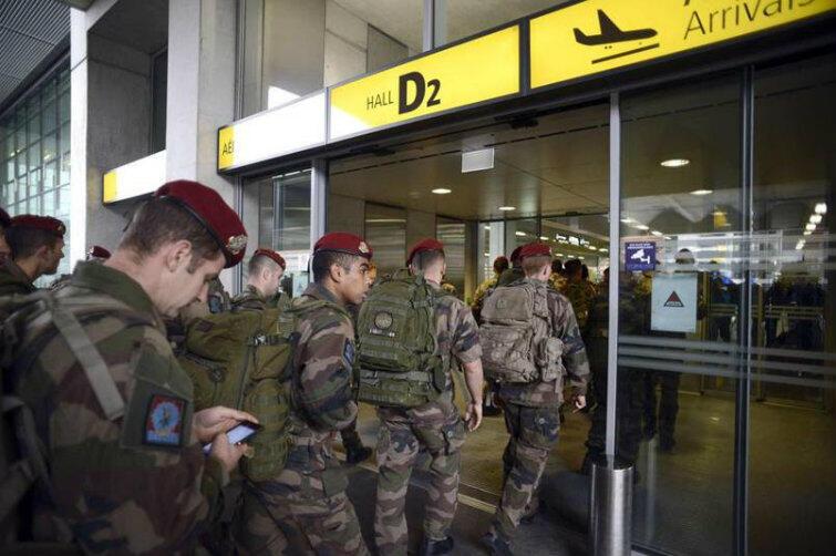 W Paryżu wprowadzono stan wyjątkowy. Do walki z dżihadystami sprowadzane są posiłki z innych regionów Francji. Tutaj - przybycie oddziału żołnierzy z Carcassonne.