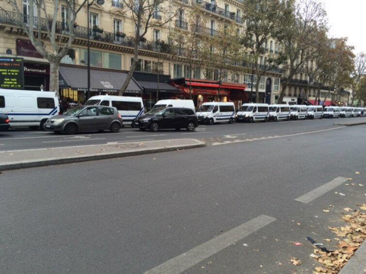 Stan wyjątkowy w Paryżu. Samochody policyjne i karetki w gotowości do akcji.