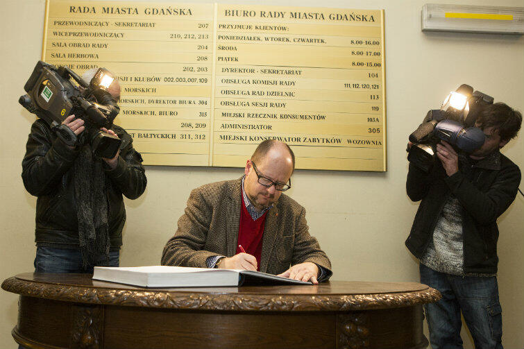Prezydent Gdańska Paweł Adamowicz był jednym z pierwszych, którzy wpisali się do księgi kondolencyjnej.