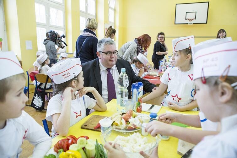 Piotr Kowalczuk, wiceprezydent Gdańska wśród uczniów SP 45, podczas bicia rekordu Guinnessa w organizowaniu lekcji jak przygotowywać zdrowe śniadania.