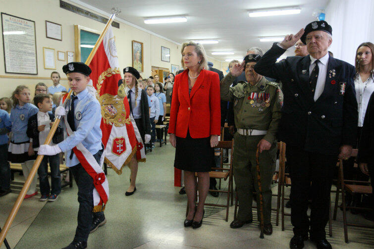 Córka generała świetnie prezentowała się w czerwonym żakiecie i czarnej spódniczce.