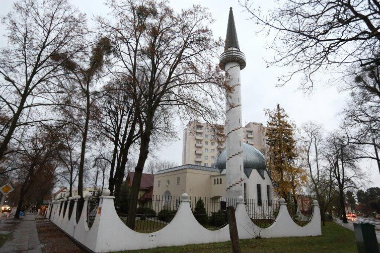 Meczet stoi przy skrzyżowaniu ulic Polanki i Abrahama od 1990 roku. Gdańscy muzułmanie nieraz zapraszali do wspólnej modlitwy przedstawicieli innych wyznań i sami byli przez nich zapraszani.