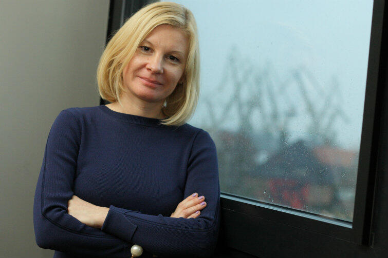 """Agnieszka Tomasik z gdańskiej """"piątki"""" przekonuje koleżanki z pokoju nauczycielskiego: jeśli podręcznik jest zły, trzeba go wyrzucić!"""