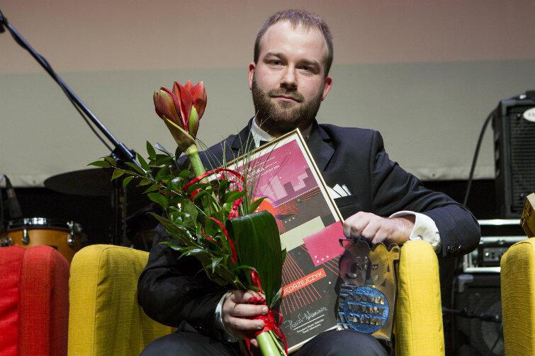 """Piotr Jędrzejczyk odebrał nagrodę """"za wytężoną pracę nad kolejnymi twórczymi projektami, talent i wyobraźnię muzyczną""""."""