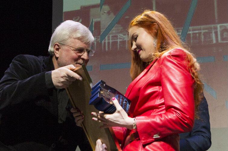 """W przypadku Julii Kurek kapituła doceniła jej """"niepokorność, upór, inteligentne poruszanie problemów współczesnych w sposób niepozwalający zamykać przed nimi oczu"""". Nagrodę wręcza przewodniczący kapituły Marek Bumblis."""