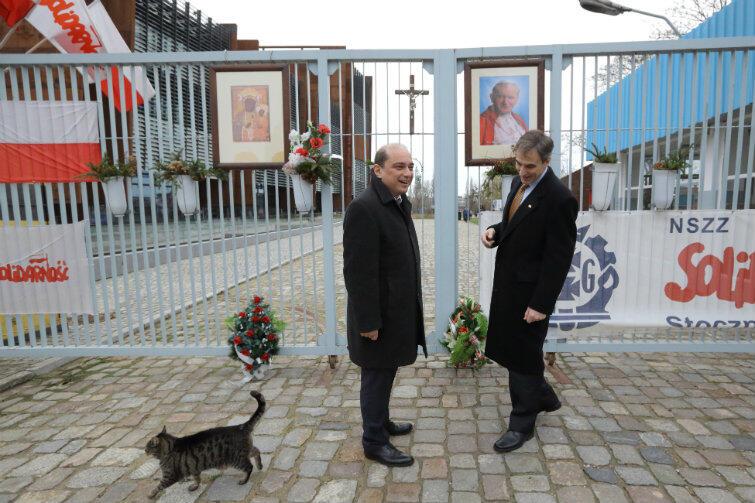 Ambasador Jones z Basilem Kerskim, dyrektorem Europejskiego Centrum Solidarności, przy historycznej bramie Stoczni Gdańskiej.