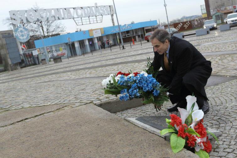 Ambasador USA składa kwiaty pod pomnikiem Poległych Stoczniowców.