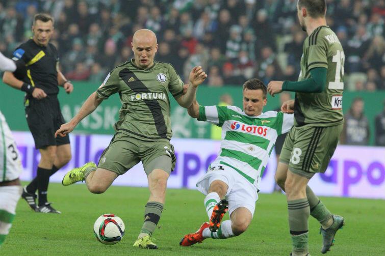 Jednym z najaktywniejszych piłkarzy Lechii w meczu z Pogonią był Sławomir Peszko. Na zdjęciu w spotkaniu przeciwko Legii Warszawa.