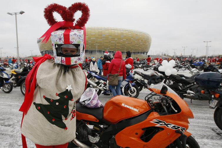 Mikołaje motocykliści zawsze zabierają ze sobą ładnie zapakowane prezenty.