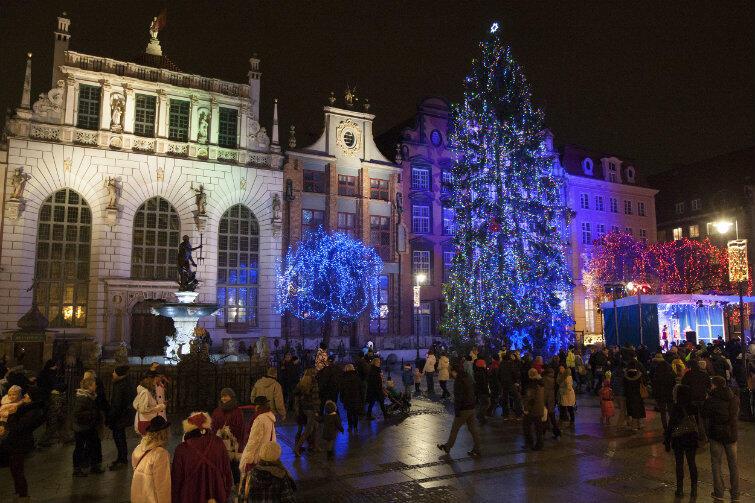 Gdańsk jako pierwsze miasto w Polsce udekorował swoją miejską choinkę lampkami i świecidełkami w 1989 roku.