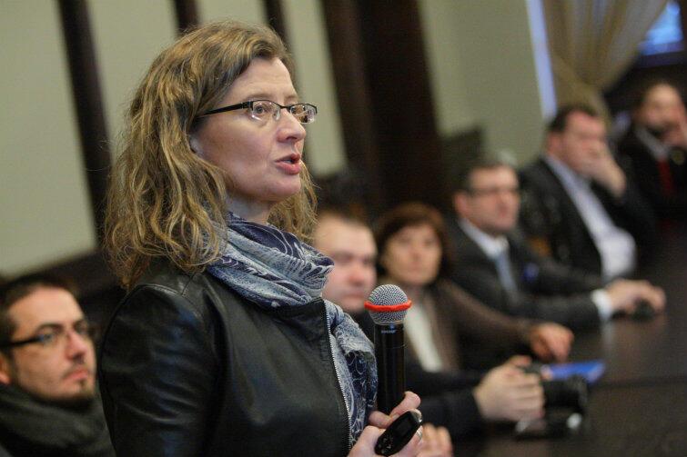 Przy mikrofonie prof. Lucyna Nyka.