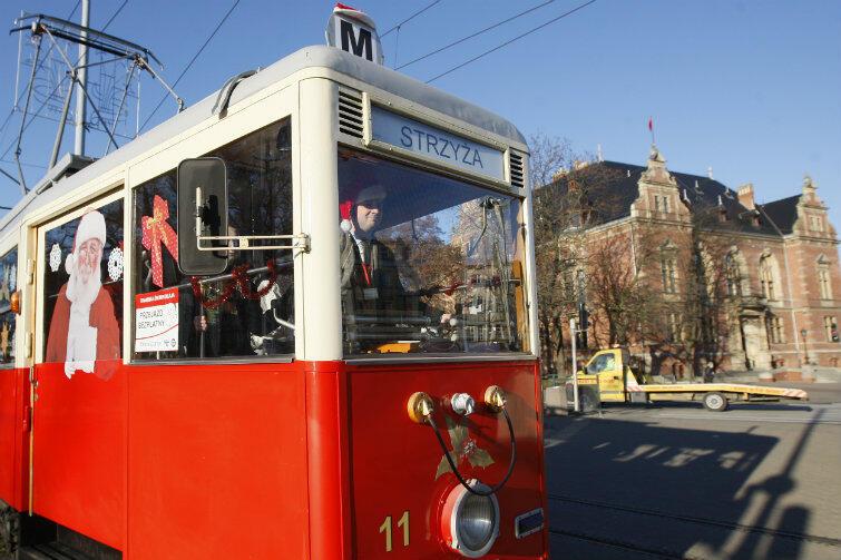 Zabytkowy tramwaj podczas mikołajkowej przejażdżki w 2012 r.