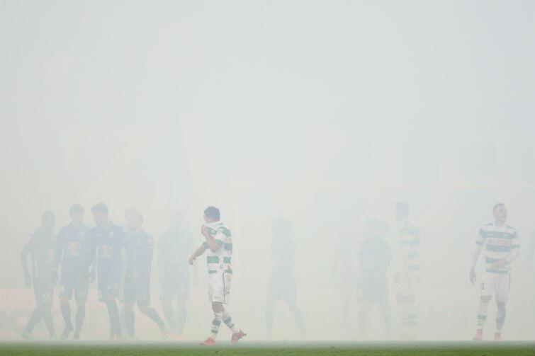Dym z rac był tak gęsty, że mecz Lechii Gdańsk z Lechem Poznań został przerwany na kilka minut.