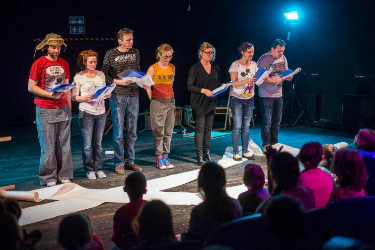 Lekcji niegrzeczności udzielają najmłodszym widzom aktorzy teatru Wybrzeże.