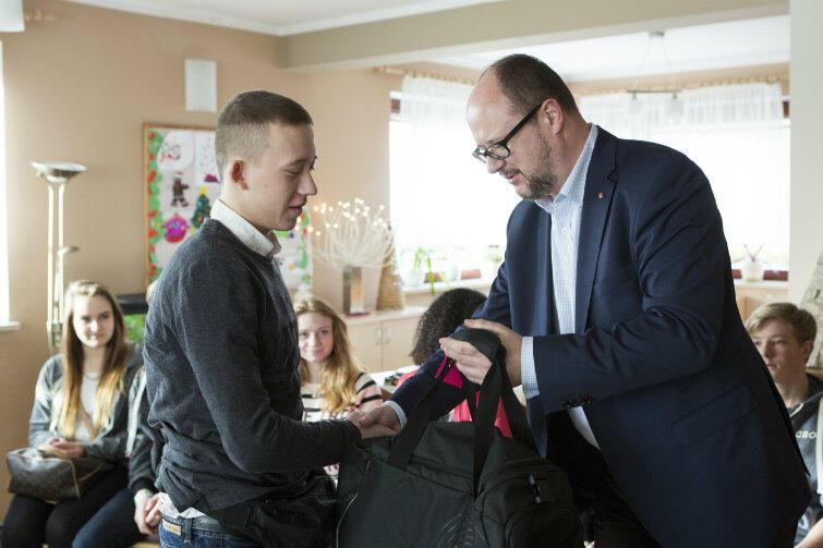 Prezydent Adamowicz wręcza Arkowi torbę z prezentami. Cała ekipa pojedzie do Włoch identycznie wyposażona. Torby są nieduże i miękkie, by łatwo mieściły się w części mieszkalnej żaglowca.