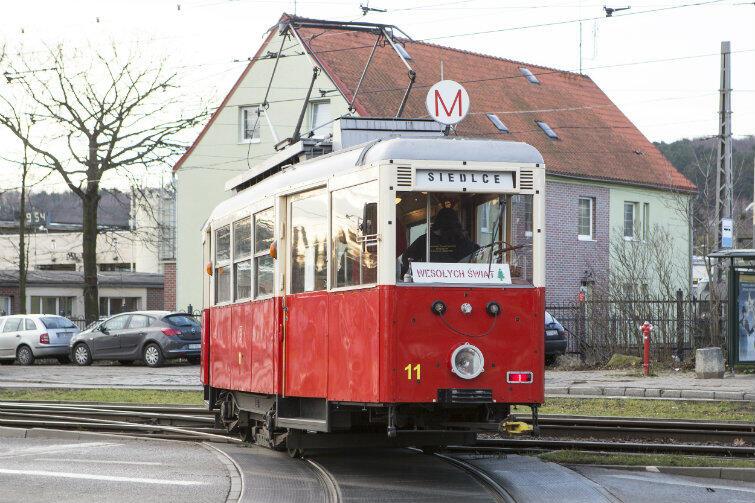 """Ilu gdańszczan pamięta czasy, kiedy gdański ZKM miał tylko takie tramwaje? W mikołajki """"enka"""" jeździła jako zabytek."""