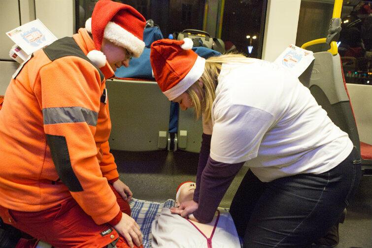 W nowoczesnym pojeździe Pesa ratownicy medyczni uczyli pasażerów udzielania pierwszej pomocy. Można też było zadeklarować chęć zostania dawcą szpiku.